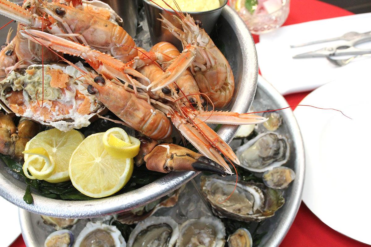 plateau de fruits de mer met krab oesters en garnalen. Black Bedroom Furniture Sets. Home Design Ideas