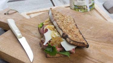 Barbecue sandwich met steak, Provolone en kruidensla