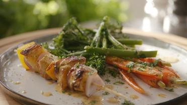 Gemarineerde kipbrochette met broccolini en wortelen